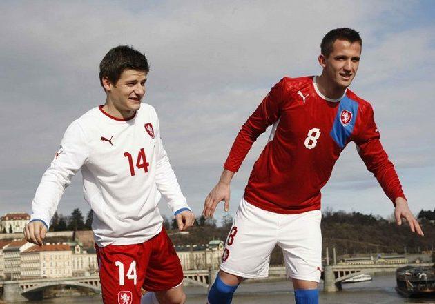Václav Pilař (vlevo) a Tomáš Pekhart předvádějí nové dresy reprezentace.
