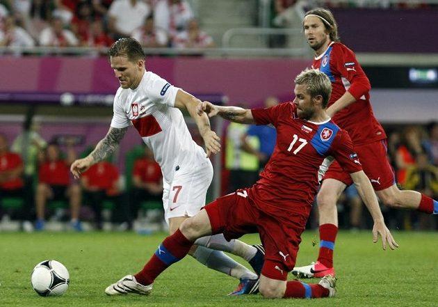 Tomáš Hübschman se snaží sebrat míč Polákovi Polanskému.