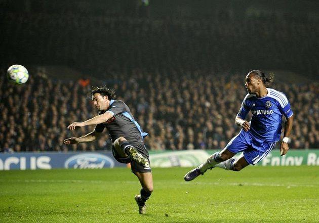 Didier Drogba střílí gól do sítě Neapole.