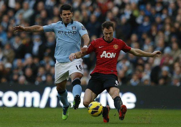 Sergio Agüero z Manchesteru City (vlevo) bojuje o míč s Jonnym Evansem z Manchesteru United.