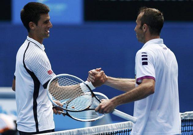 Novak Djokovič (vlevo) gratuluje Radku Štěpánkovi k dobrému výkonu ve třetím kole Australian Open, z něhož postoupil srbský tenista.