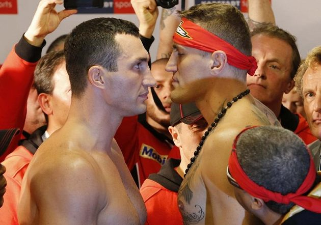 Boxeři Vladimir Kličko (vlevo) a Mariusz Wach z Polska před vzájemným soubojem v Hamburku.