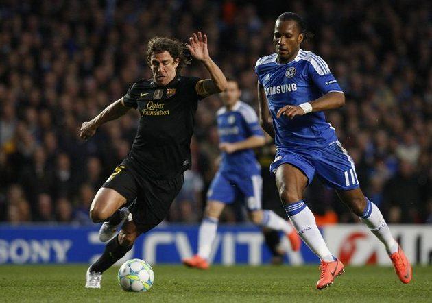 Carles Puyol z Barcelony (vlevo) si kryje míč před útočníkem Chelsea Didierem Drogbou.