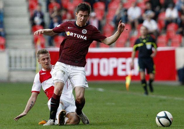 Slávista Blažek atakuje mladého sparťana Přikryla v pražském derby.