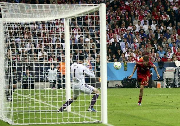 Thomas Müller ostrou hlavičkou překonává Petra Čecha. Bayern vedl 1:0