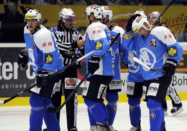 Hokejisté Plzně se radují ze vstřelení prvního gólu do sítě Liberce.