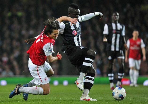 Tomáš Rosický z Arsenalu (vlevo) bojuje o míč s Cheickem Tiotem z Newcastlu.