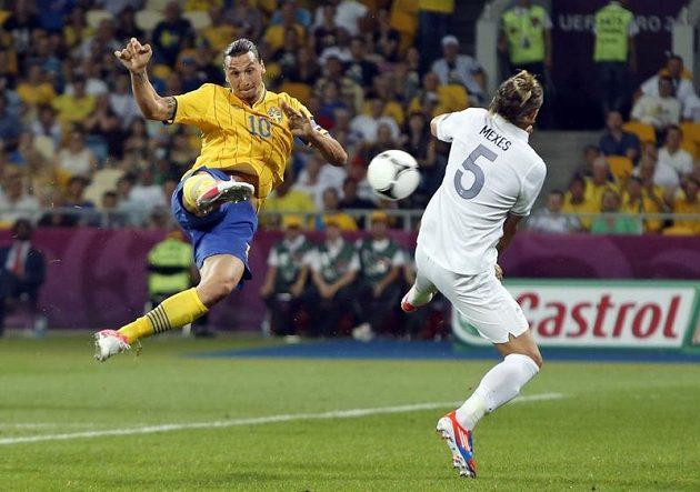 Francouzský zadák Philippe Mexes (vpravo) přišel pozdě a Zlatanu Ibrahimovicovi už ve skórování nedokázal zabránit