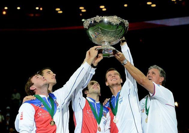 Český tým se raduje z vítězství. Uprostřed je Radek Štěpánek, jehož utkání se Španělem Nicolásem Almagrem o vítězství rozhodlo.