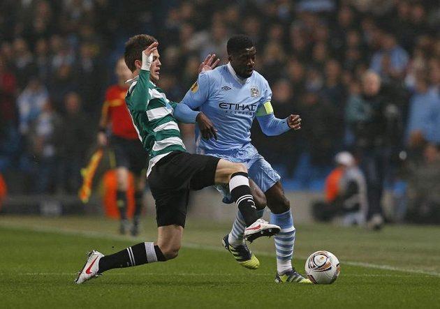 Kolo Touré z Manchesteru City (vpravo) a Ricky van Wolfswinkel ze Sportingu Lisabon