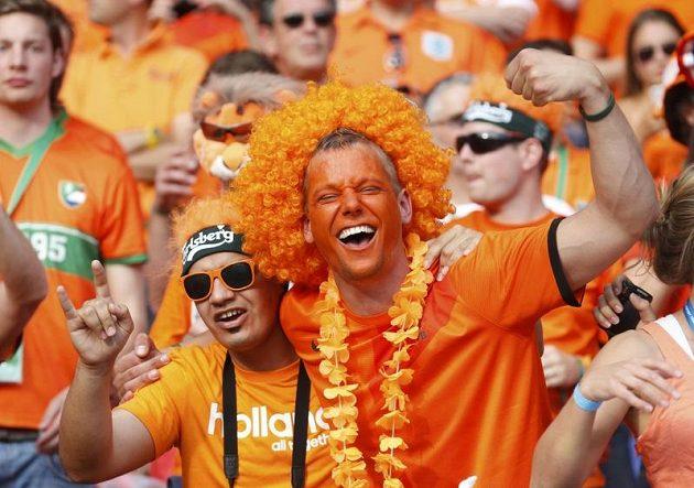 Nizozemští fanoušci podporují své reprezentanty v utkání proti Dánům.