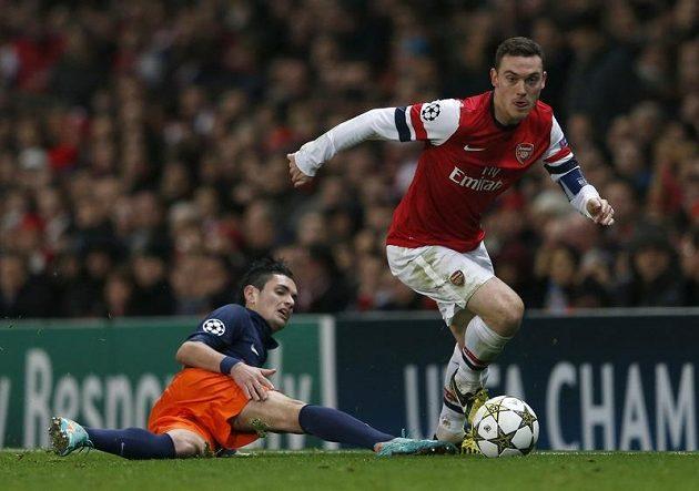 Thomas Vermaelen z Arsenalu přechází přes Remyho Cabellu z Montpellieru