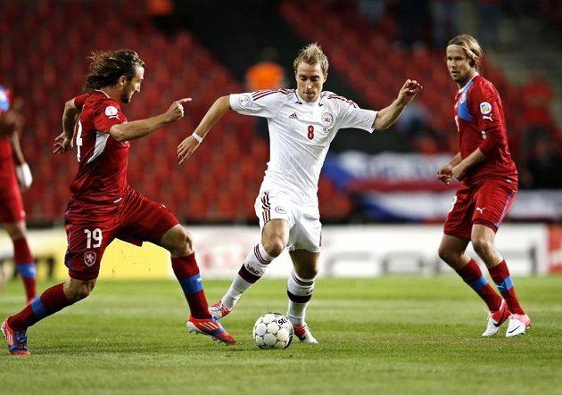 Dán Christian Eriksen se prodírá v kvalifikačním duelu mezi českými hráči Petrem Jiráčkem a matějem Vydrou.
