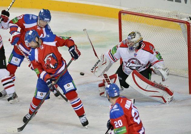 Hráči HC Lev Praha Luboš Bartečko (vlevo), Jakub Klepiš (uprostřed) a Petr Vrána před brankářem Erikem Ersbergem z Doněcku.