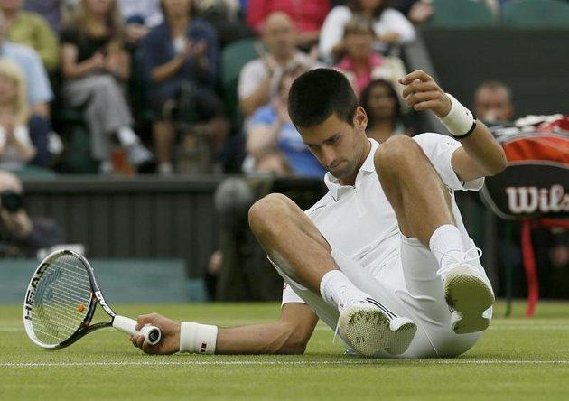 Novak Djokovič loňský triumf ve Wimbledonu neobhájí. A třese se i jeho pozice světové jedničky
