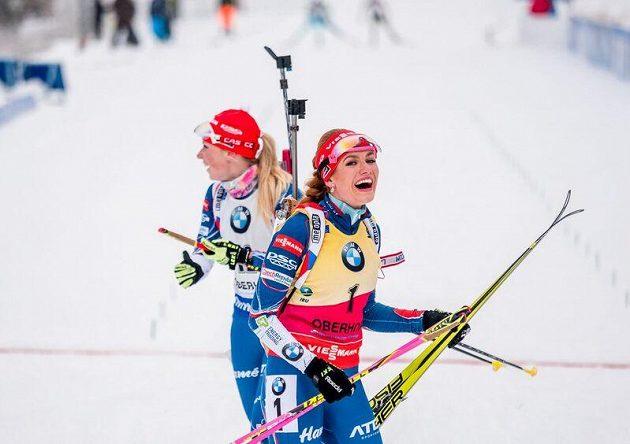 Velký český úspěch v Oberhofu! Vítězná Gabriela Koukalová (vpravo) a bronzová Eva Puskarčíková.