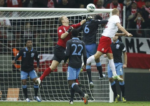 Polák Kamil Glik srovnává hlavičkou skóre kvalifikačního duelu s Anglií na konečných 1:1.