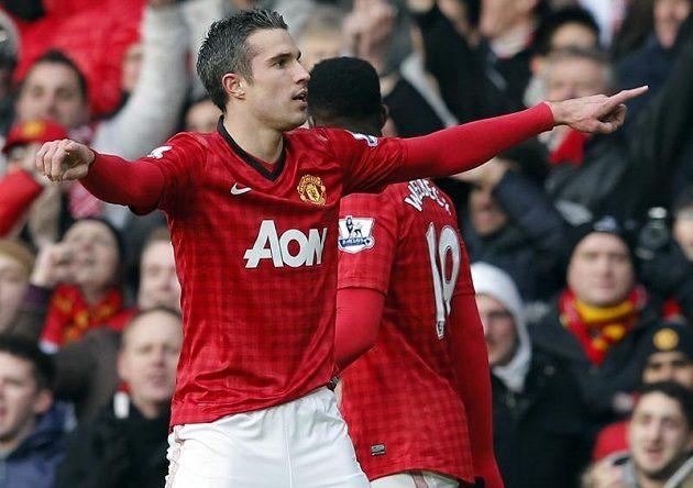 Robin van Persie z Manchesteru United slaví svůj gól do sítě Liverpoolu.