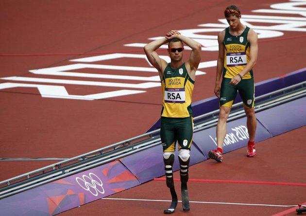Zklamani jihoafričtí běžci Oscar Pistorius (vlevo) a Willem de Beer