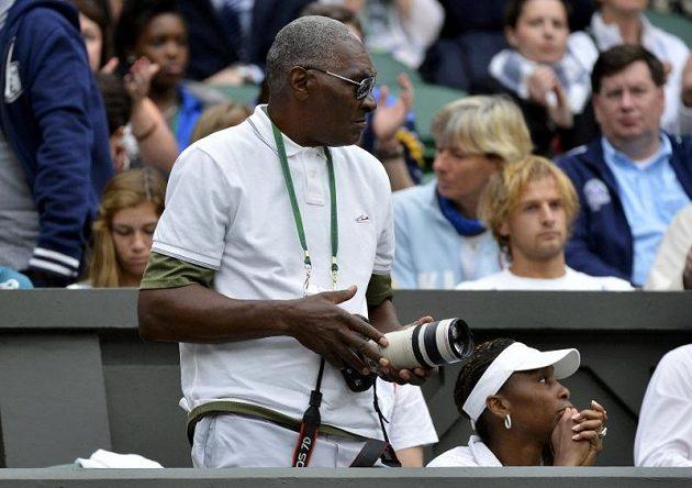 Wimbledonské čtvrtfinále své dcery pozorně sledovali i otec Richard Williams a Serenina starší sestra Venus