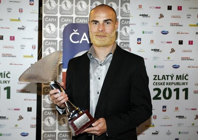 Liberecký Jan Nezmar s trofejí pro Sympaťáka ligy.
