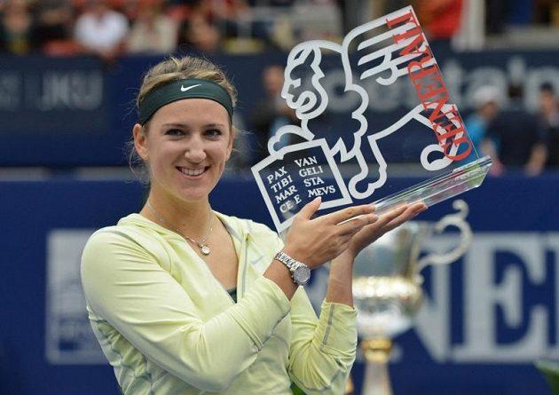 Běloruska Viktoria Azarenková vyhrála letos šest titulů včetně gandslamového Australian Open. Na fotografii pózuje s odměnou za vítězství v rakouském Linzu.