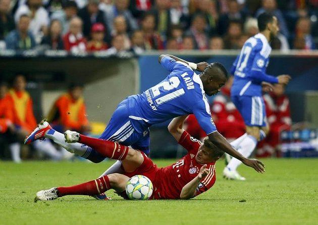 Salomon Kalou z Chelsea padá přes Thomase Müllera z Bayernu.