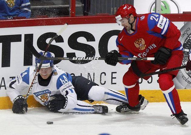 Střelec druhého finského gólu Mikael Granlund v souboji s Alexanderem Popovem
