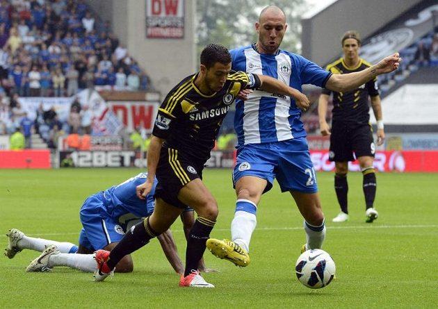 Edena Hazarda z Chelsea fauluje v pokutovém území Ivan Ramis z Wiganu. Z nařízené penalty následně skóroval Frank Lampard.