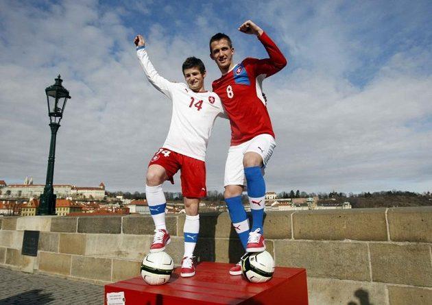 Fotbalisté Václav Pilař (vlevo) a Tomáš Pekhart v nových dresech reprezentace