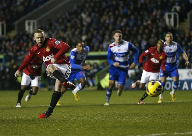 Wayne Rooney (vlevo) střílí z pokutového kopu gól brankáři Readingu Federicimu.