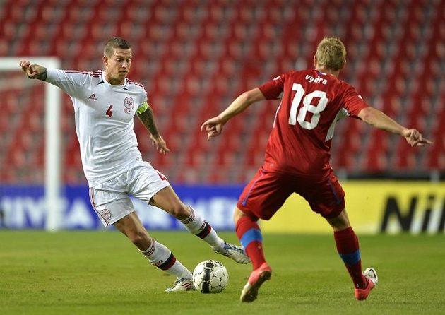 Reprezentační debutant Matěj Vydra proti dánskému obránci Danielu Aggerovi v kvalifikačním duelu v Kodani.