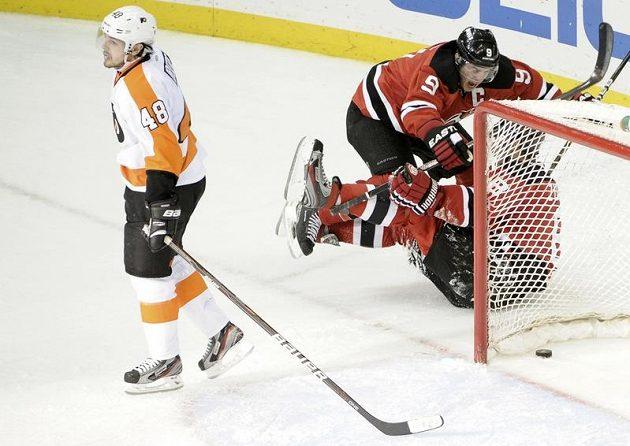 Hráči Devils se radují z gólu, nešťastný Danny Briere odjíždí od branky.