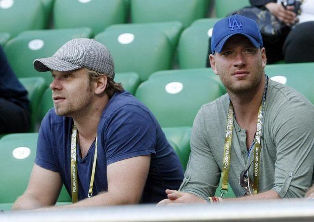 Trénink fotbalové reprezentace sledovali i hokejisté Milan Michálek (vlevo) a Jiří Novotný