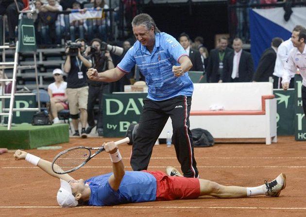 Postup! Tomáš Berdych porazil Tipsareviče, nad ním je nehrající kapitán Jaroslav Navrátil, vpravo vzadu Radek Štěpánek.