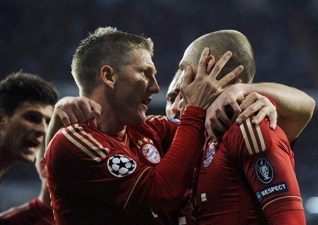 Arjen Robben (vpravo) a Bastian Schweinsteiger z Bayernu Mnichov se radují z gólu proti Realu Madrid.