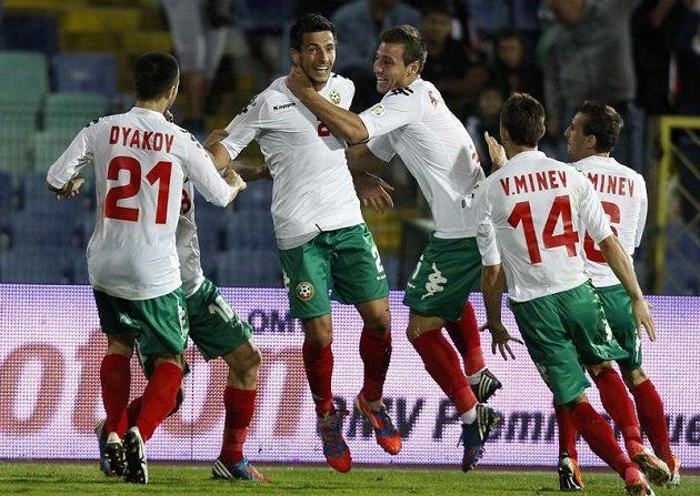 Bulhar Stanislav Manolev (druhý zleva) se raduje se svými spoluhráči z branky v utkání s Arménií v zápase kvalifikace o postup na MS 2014.
