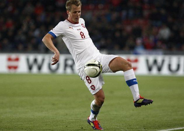David Limberský zpracovává míč.