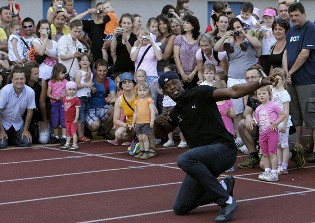 Jamajčan Usain Bolt pózuje v Ostravě s dětmi před startem na Zlaté tretře.