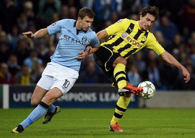 Edin Džeko z Manchesteru City (vlevo) stíhá Matse Hummelse z Borussie Dortmund.