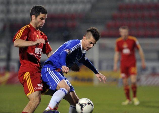 Miroslav Podrazký (vlevo) z Dukly se snaží vzít míč Janu Navrátilovi z Olomouce.