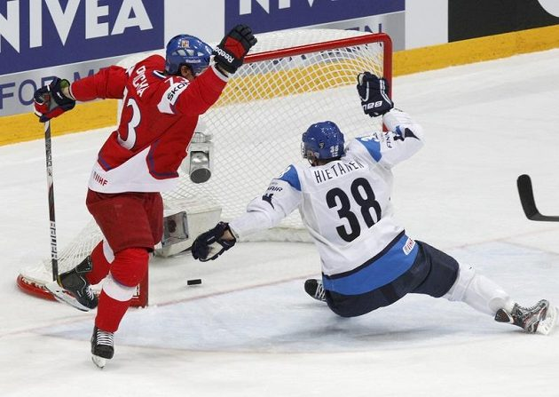 Petr Průcha se raduje z gólu Davida Krejčího proti Finům v utkání o bronz. Gólu nezabránil ani Juuso Hietanen.