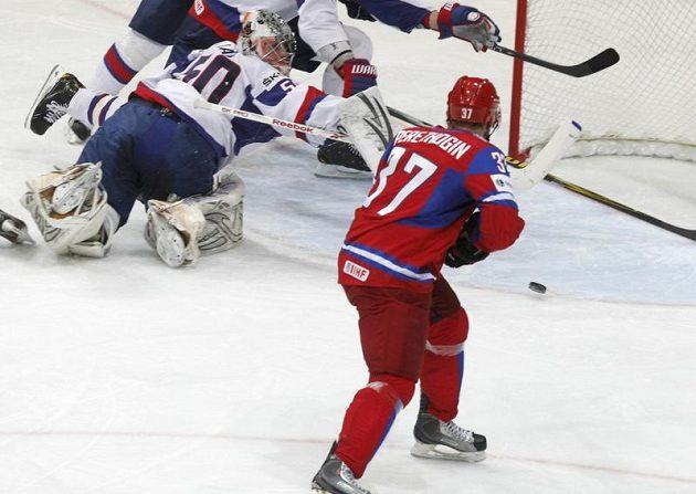 Rus Alexander Pěrežogin střílí vedoucí gól Rusů ve finále MS proti Slovensku.