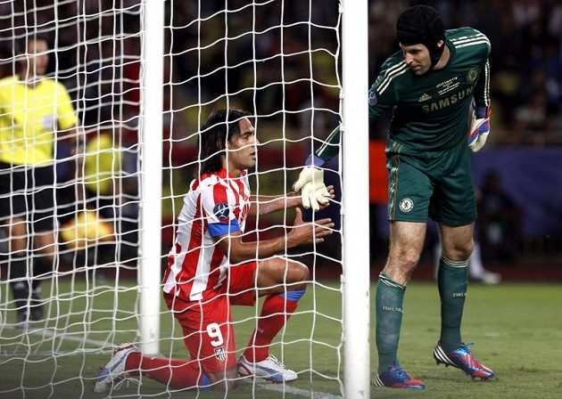 Gentlemanské gesto bez ohledu na výsledek. Brankář Chelsea Petr Čech pomáhá na nohy Falcaovi z Atlétika Madrid.