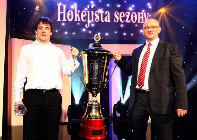 Trenér Pardubic Pavel Hynek (vpravo) a kapitán týmu Petr Koukal s pohárem pro mistry extraligy