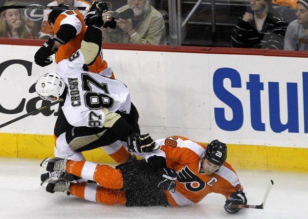 Kapitán Philadelphie Flyers Claude Giroux (na ledě) v souboji s oporou Pittsburghu Penguins Sidneym Crosbym.