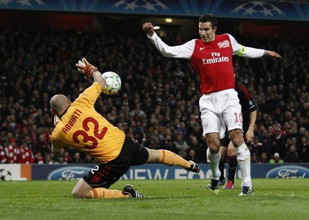 Brankář AC Milán Christian Abbiati likviduje vyloženou šanci útočníka Arsenalu Robina Van Persieho.