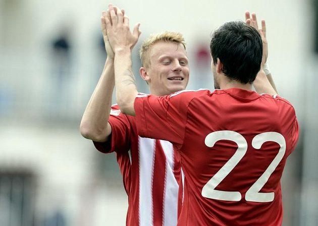 Matej Sivrič (zády) a Karel Kiidron ze Žižkova se radují z gólu proti Českým Budějovicím.