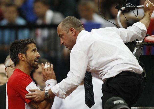 Zápas byl vyhecovaný už ve svém průběhu. Janko Tipsarevič rozmlouvá s umpirovým rozhodčím Pascalem Mariou, jemuž se duel příliš nevydařil.