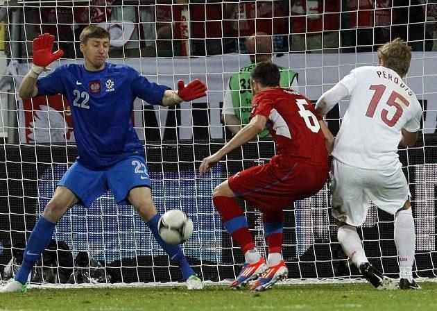 Tomáš Sivok (uprostřed) se snaží překonat polského brankáře Tytoně.